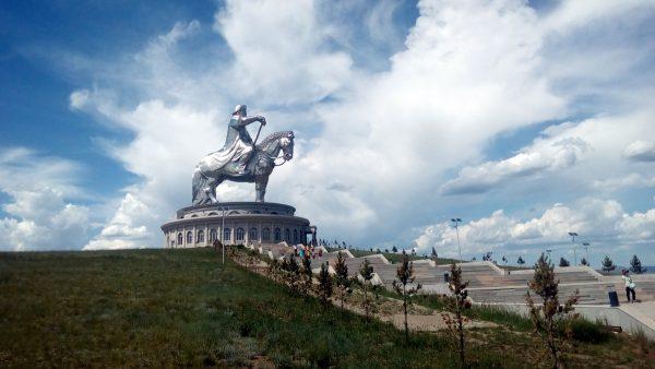 Одна из главных достопримечательностей близ Улан-Батора - сорокаметровая статуя Чингисхана